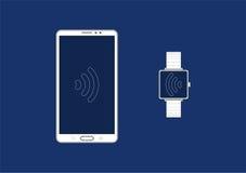 Smartphone conecta con el reloj elegante Foto de archivo