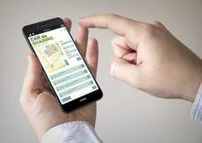 Smartphone d'écran tactile avec la voiture partageant l'APP sur l'écran Images libres de droits