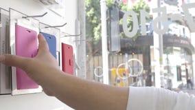 Smartphone d'acquisto caso protettivo video d archivio