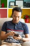 smartphone d'application interactive d'utilisateur d'homme de l'Asie image libre de droits