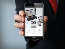 smartphone d'homme d'affaires de wedesign Images libres de droits