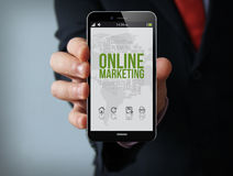Smartphone d'homme d'affaires de marketing en ligne Photo libre de droits