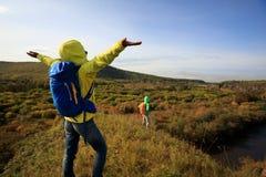 Smartphone d'utilisation d'amis prenant la photo dans la forêt d'automne Photographie stock