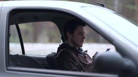 Smartphone d'utilisation de conducteur, se reposant dans la voiture banque de vidéos