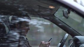 Smartphone d'utilisation de conducteur, se reposant dans la voiture clips vidéos