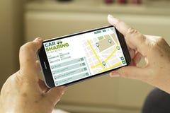 Smartphone da partilha de carro Fotografia de Stock Royalty Free