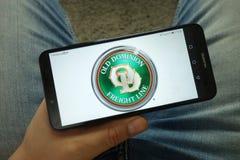 Smartphone da terra arrendada do homem com linha velha logotipo do frete da autoridade da empresa imagens de stock royalty free