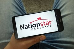 Smartphone da terra arrendada do homem com Nationstar Mortgage Holdings Inc logo fotos de stock royalty free