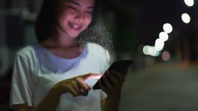 Smartphone da terra arrendada da mulher e ícone da tecnologia do sinal da mostra fotografia de stock