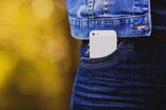 Smartphone dans la vie quotidienne Téléphone dans la poche de jeans images stock