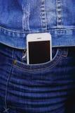 Smartphone dans la vie quotidienne Téléphone dans la poche de jeans photos stock