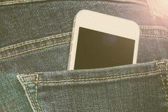 Smartphone dans une poche de jeans Images libres de droits