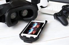 Smartphone, das auf Schreibtisch legt und vorbereitet, mit VR zu spielen, googelt Stockbild