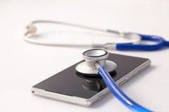 Smartphone, das durch Stethoskop bestimmt wird - rufen Sie Reparatur- und Kontrollenkonzept an Lizenzfreie Stockfotografie