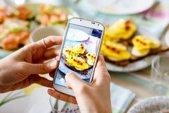 Smartphone, das Foto von den organischen gesunden Sandwichen macht Lizenzfreie Stockfotos