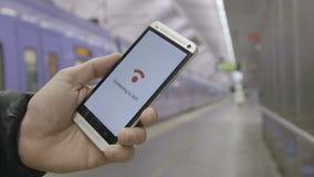 Smartphone, das an WiFi anschließt stock video footage