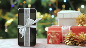 Smartphone davanti all'albero di Natale video d archivio