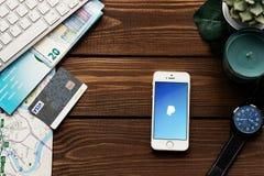 Smartphone de Apple con el pago app de PayPay Endecha plana con el fondo de madera de la tabla Planta suculenta, reloj, teclado C imagen de archivo