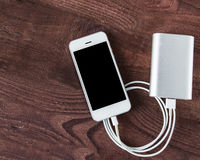 Smartphone de carregamento com powerb de Grey Portable External Battery Imagem de Stock Royalty Free