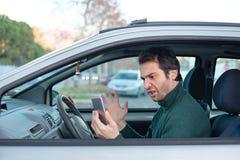 Smartphone de conducción distraído y peligroso Infracción de tráfico foto de archivo libre de regalías