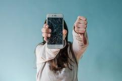Smartphone de cristal quebrado de la pantalla a disposición de la mujer trastornada fotos de archivo libres de regalías