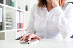 smartphone de femme d'affaires utilisant Photos libres de droits