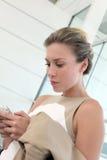 smartphone de femme d'affaires utilisant Photo libre de droits