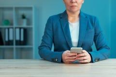 smartphone de femme d'affaires utilisant photographie stock