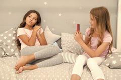 Smartphone de filles posant le grand tir Envoyez ? photo le r?seau social utilisant le smartphone Smartphone pour le divertisseme photo stock