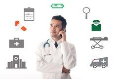 Smartphone de fonctionnement et d'utilisation de médecin Photographie stock libre de droits
