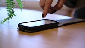 Smartphone de funcionamiento de la muchacha metrajes
