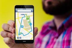 Smartphone de hippie avec l'interface de navigation sur l'écran Photographie stock libre de droits