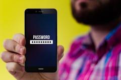 Smartphone de hippie avec la forme de mot de passe sur l'écran Photographie stock libre de droits