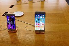 Smartphone de IPhone en los ordenadores de Apple Store foto de archivo