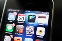 Smartphone de IPhone 2g primer de los Apple Computer con el funcionamiento del app Fotografía de archivo libre de regalías