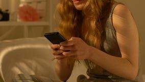 Smartphone de l'adolescence heureux de participation de fille, causant avec l'ami, premières relations clips vidéos