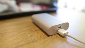 Smartphone de la carga de batería de Powerbank o PC externo de la tableta que miente en la tabla Los flashes del indicador Ciérre metrajes
