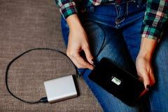 Smartphone de la carga de Powerbank Imagen de archivo libre de regalías