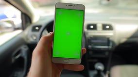 Smartphone de la pantalla en blanco del golpe fuerte y del tacto en un coche metrajes