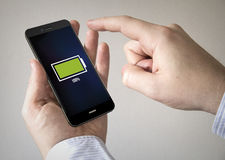 Smartphone de la pantalla táctil con la batería llena en la pantalla Fotos de archivo