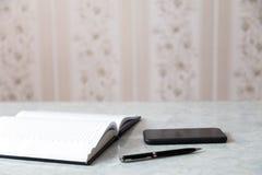 Smartphone de la pluma de la libreta foto de archivo libre de regalías