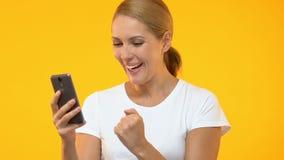 Smartphone de la tenencia de la mujer y mostrar sí el gesto, desarrollo de aplicaciones, las TIC almacen de video