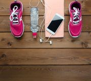 Smartphone de las zapatillas de deporte y botella de agua fotografía de archivo libre de regalías