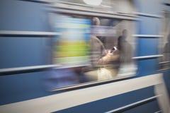Smartphone de lecture dans la métro images stock