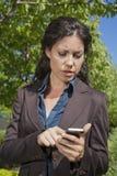 Smartphone de lecture de femme Images stock