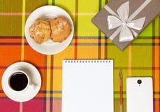 Smartphone de los molletes del café en la tabla Foto de archivo libre de regalías