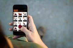Smartphone de marche vendredi noir de femme photographie stock