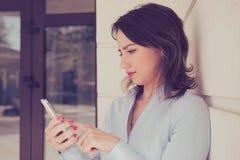 Smartphone de observação da mulher triste nova fotos de stock royalty free