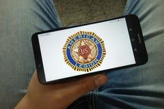 Smartphone de participation d'homme avec le logo d'organisation de légion américaine image stock