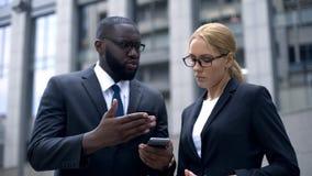 Smartphone de participation d'hommes d'affaires, mécontent avec l'Internet inadéquat photo stock